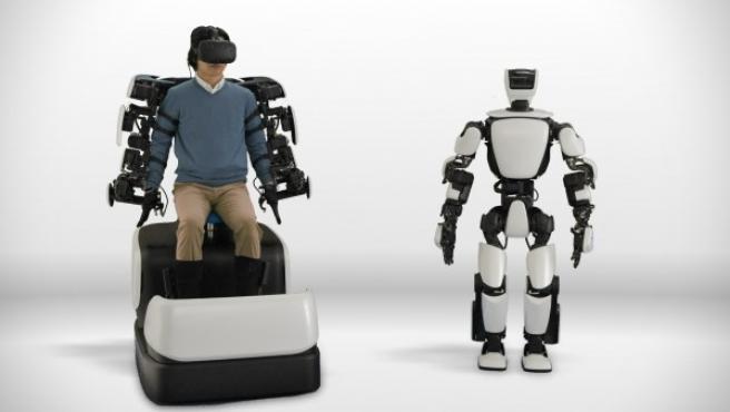 Un usuario puede manejar el robot de forma remota con un esqueleto robótico.