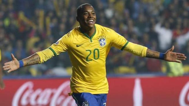 Robinho celebra un gol en un partido con la selección de Brasil.
