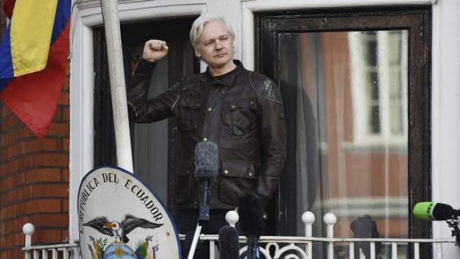 Julian Assange, desde el balcón de la embajada de Ecuador en Londres.