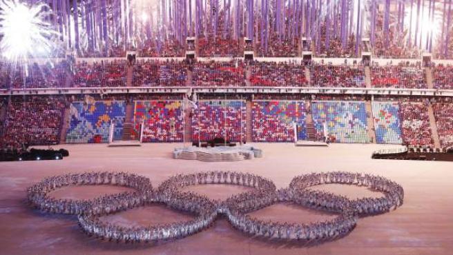 Un grupo de bailarines forma los cinco anillos olímpicos en la clausura de los Juegos de Sochi.