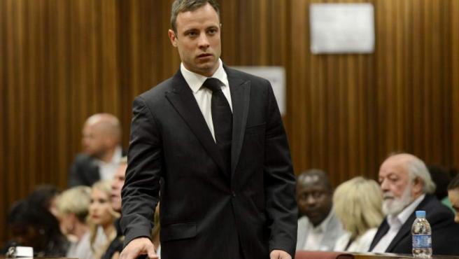 El atleta paralímpico sudafricano Oscar Pistorius entra en la sala del Tribunal Superior de Pretoria (Sudáfrica).
