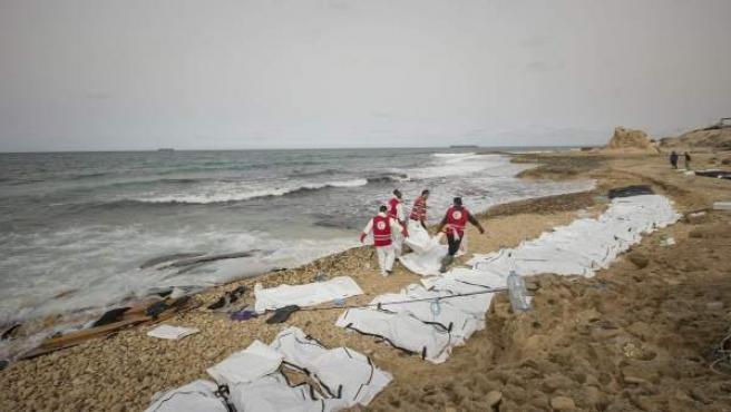 Cadáveres en una playa de Libia tras un naufragio.