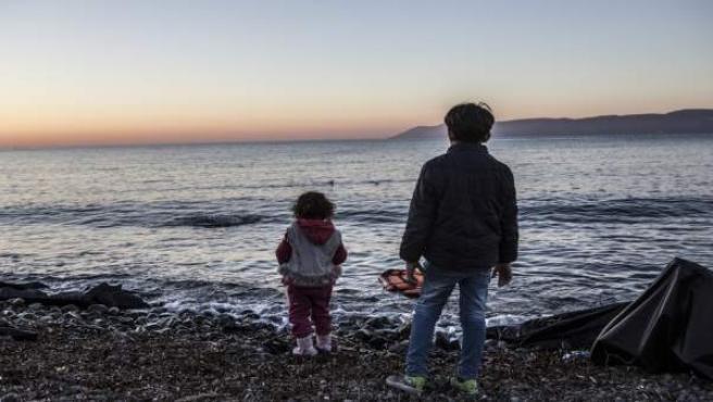 Dos niños en una playa de Lesbos