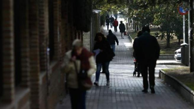 Imagen de archivo de personas caminando por una calle.