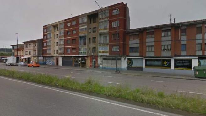 Lugar donde fue hallado muerto un hombre tras una trifulca en un bar de Avilés, Asturias.