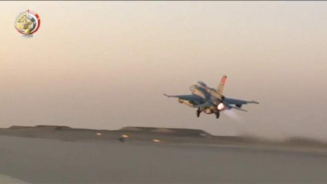 Avión de la Fuerza Aérea Egipcia, en pleno despegue.