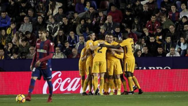 Los jugadores del Atlético de Madrid celebran uno de sus goles ante el Levante.