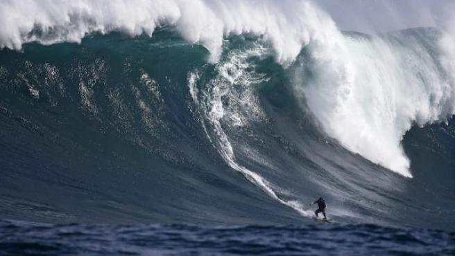 Ola gigante en el arrecife de coral Dungeons en el Oceáno Atlántico, a las afueras de Ciudad del Cabo, Sudáfrica.