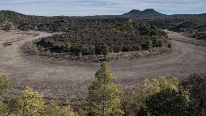 Muy poca agua lleva el río Tajo a su paso por Trillo (Guadalajara).