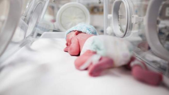 Imagen de un bebé prematuro en una incubadora.