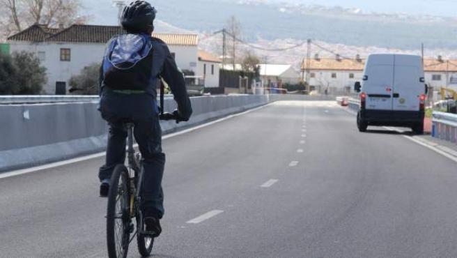 Un ciclista transita por una carretera.