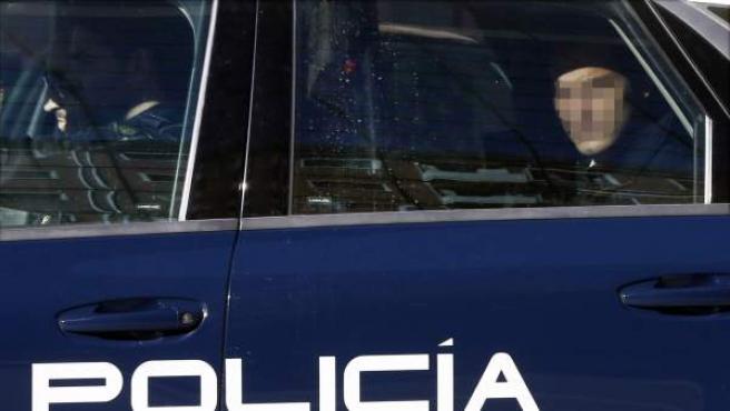 Uno de los acusados de la supuesta violación de 'La manada' es trasladado en un coche policial.