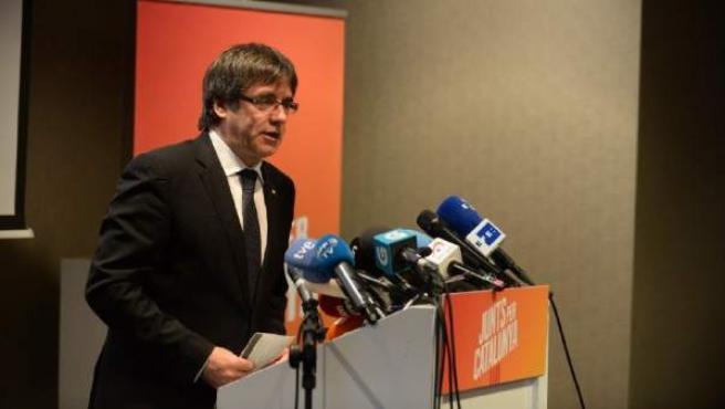 El expresidente de la Generalitat Carles Puigdemont, durante el acto de presentación desde la ciudad belga de Brujas de las listas de Junts per Catalunya para el 21-D.