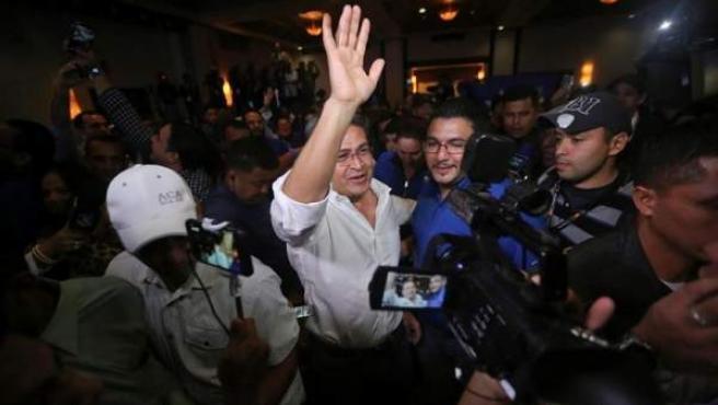 El presidente de Honduras, Juan Orlando Hernández, tras proclamarse ganador de las elecciones presidenciales, de acuerdo con los principales medios de prensa del país y un sondeo a pie de urna.