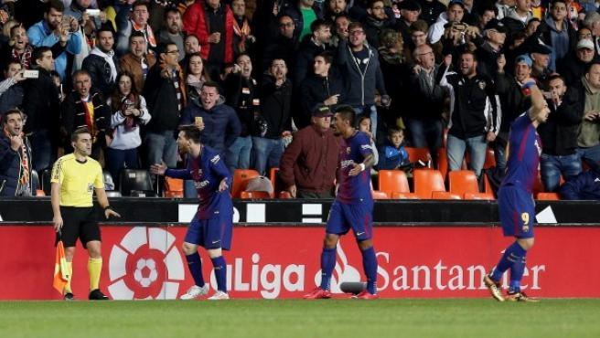 Messi y Luis Suárez (dcha), protestando por el gol no concedido.