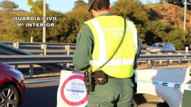 Agente de la Guardia Civil, en un control de Tráfico.