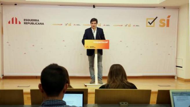 El portavoz nacional de Esquerra Republicana de Catalunya (ERC), Sergi Sabrià, atendiendo a los medios de comunicación.