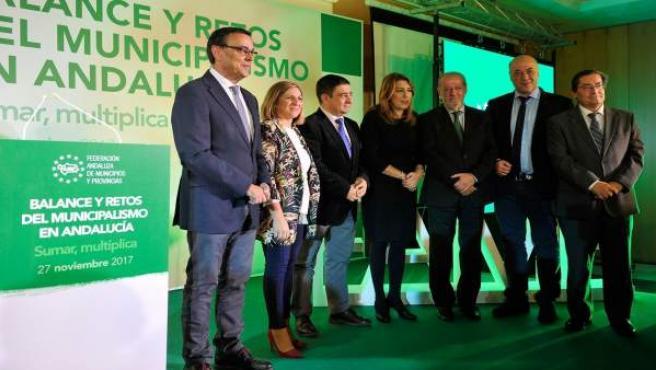 Reyes (3i) en el acto sobre municipalismo organizado por la FAMP.