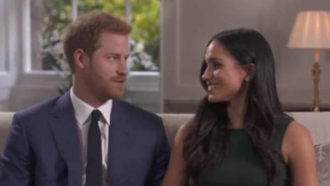 El príncipe Enrique y su prometida, la actriz Meghan Markle, en su primera entrevista conjunta tras el anuncio de su boda.