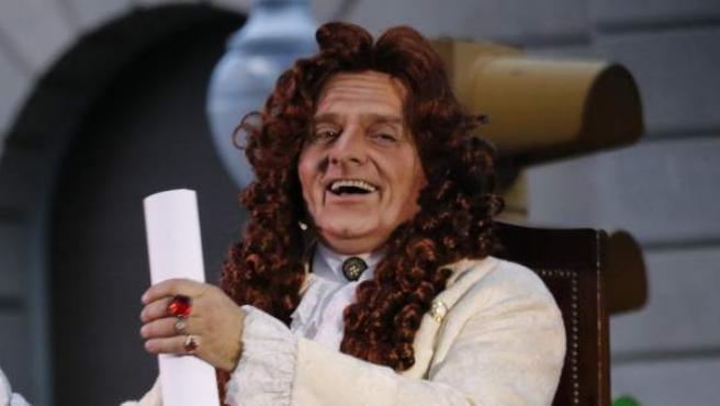 El actor Toni Albà caracterizado como Rey Felipe V durante el pregón alternativo de la La Mercè.