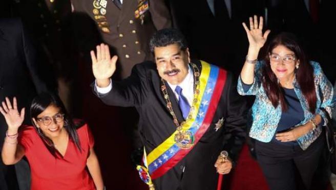 El presidente de Venezuela, Nicolás Maduro, junto a la primera dama, Cilia Flores, y la presidenta de la Asamblea Nacional Constituyente, Delcy Rodríguez, a su llegada a una sesión de este organismo en Caracas (Venezuela).