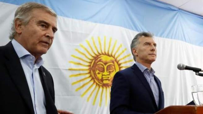 El presidente de Argentina, Mauricio Macri (a la derecha), y el ministro de Defensa, Óscar Aguad, durante una comparecencia para informar sobre la desaparición del submarino ARA San Juan de la Armada, con 44 tripulantes a bordo.