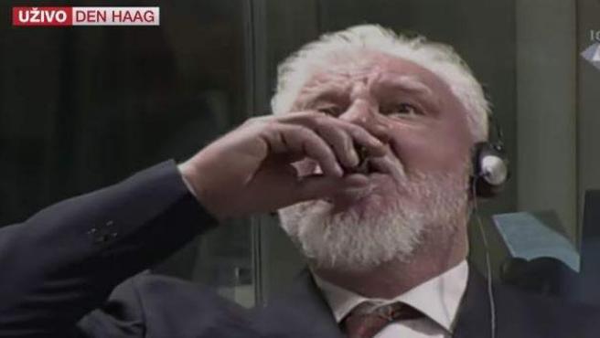 Slobodan Praljak bebe un líquido tras escuchar su sentencia.