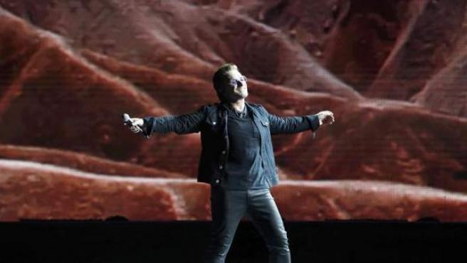 El cantante y líder de la banda irlandesa U2, Bono, durante su actuación en el Estadio Olímpico de Barcelona en 2017.