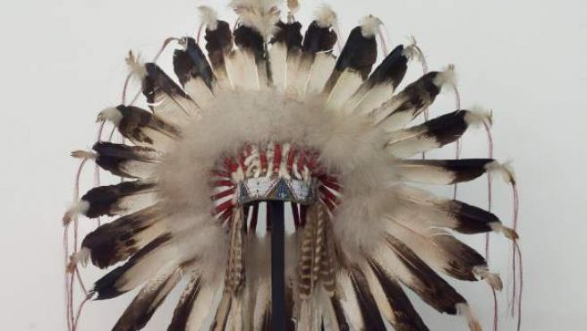 Tocado de plumas sioux de la colección de Ana y Bertrand de Montauzon, que puede verse en la exposición 'Al encuentro del Gran Espíritu. En Congreso Indio de 1898' en el Museo de América.