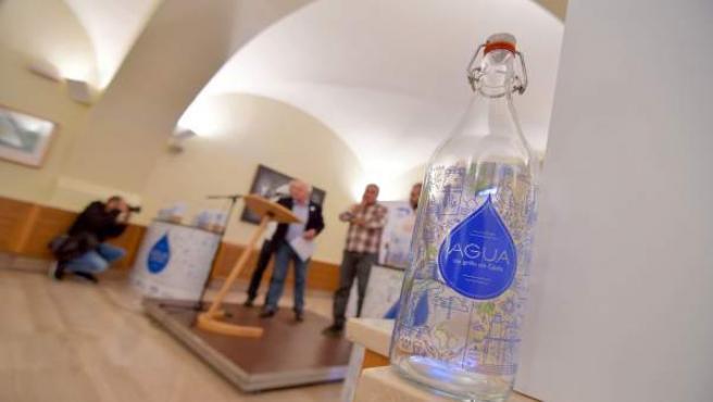 Envase de Aguas de Cádiz para promocionar el agua de grifo