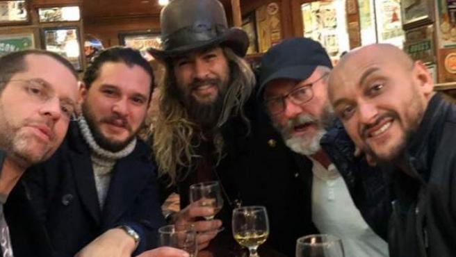 El actor Jason Momoa ha compartido en redes sociales esta imagen con uno de los showrunners, Dan Weiss, y parte del elenco de 'Juego de tronos'.