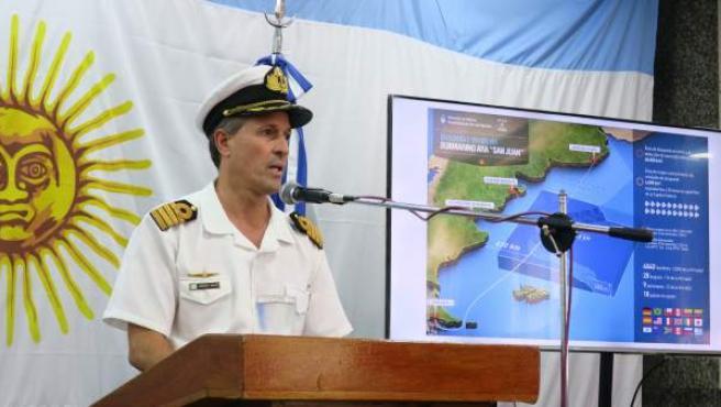 El portavoz de la Armada Argentina, Enrique Balbi, ofrece una rueda de prensa sobre la búsqueda del submarino ARA San Juan.