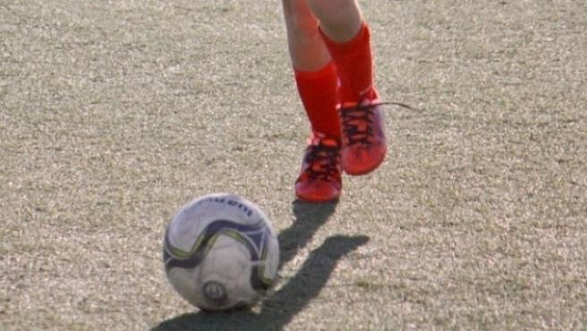 Imagen de un chaval jugando al fútbol.