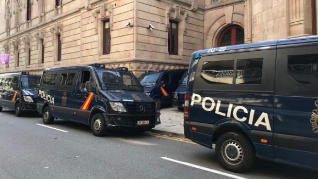 Furgonetas de la Policía Nacional en el Palau de Justícia de Barcelona.