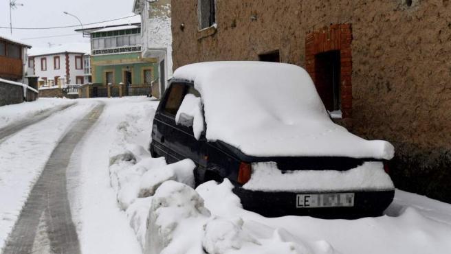 Vista de un coche cubierto con la nieve caída en Rodiezmo, durante el temporal de frío y nieve que afecta a la provincia de León.