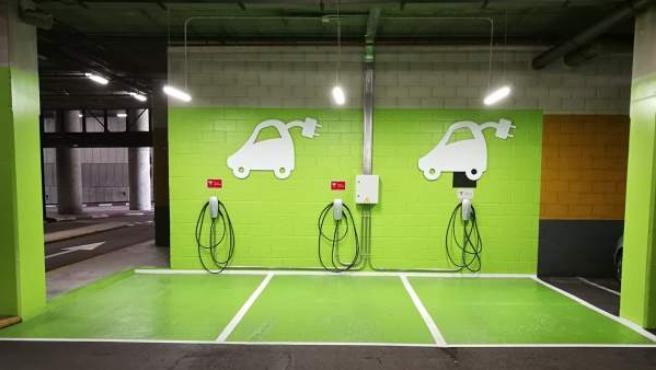 Punto de recarga de Tesla en un centro comercial de Lar España