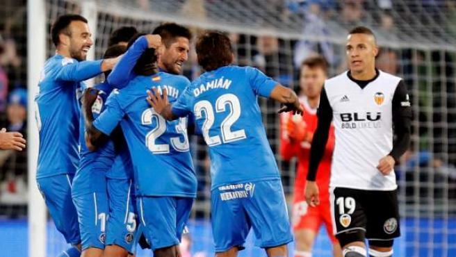 Los jugadores del Getafe celebran su gol ante el Valencia.