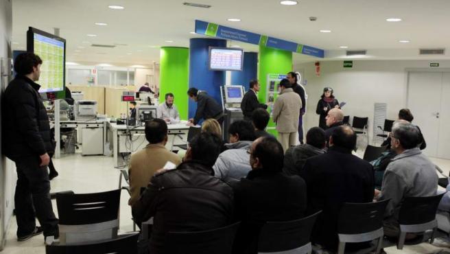 Varias personas en paro esperan su turno en una oficina de empleo catalana.