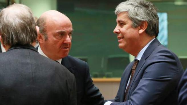 Luis de Guindos (2-i), charla con el ministro de Finanzas portugués, Mário Centeno (d), al inicio de la reunión de ministros de Finanzas del Eurogrupo.