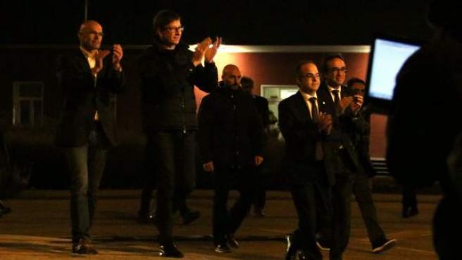Los exconsellers catalanes Romeva, Mundó, Rull y Turull son recibidos entre aplausos tras salir de la prisión de Estremera.