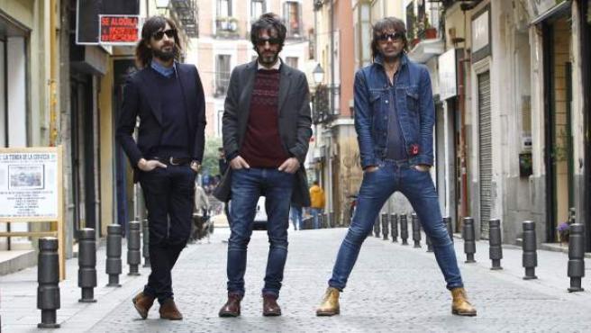 Axel Pi, Marc Ros y Jesús Senra (de izda. a dcha), los componentes de Sidonie, posan, estilosos, en una calle madrileña.