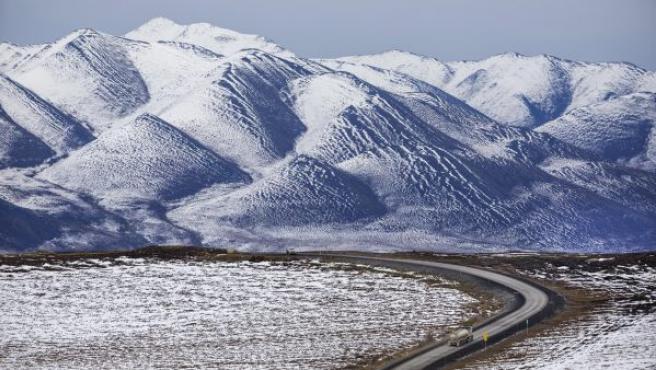 Un camión circula por la autopista Dalton a través de la cordillera Brooks, al sur de Sagwon, Alaska (EE UU).