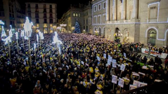 Concentración en la barcelonesa plaza Sant Jaume para pedir la libertad de Junqueras, Forn y los Jordis.