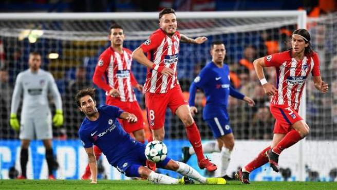 Saúl intenta superar a Cesc en Stamford Bridge.