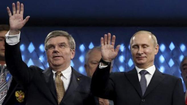 Thomas Bach y Vladimir Putin, los presidentes del COI y de Rusia, saludan al público en la clausura de los Juegos de Sochi.