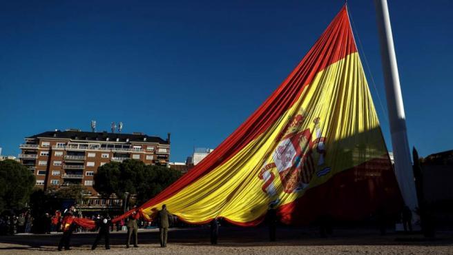 Los presidentes del Congreso, Ana Pastor, y del Senado, Pío García Escudero, presiden el solemne izado de la bandera nacional en la Plaza de Colón de Madrid.