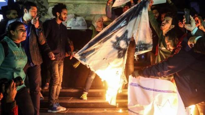 Manifestantes queman banderas de Israel en El Cairo (Egipto) para protestar contra la decisión de Trump de reconocer Jerusalén como capital de Israel.