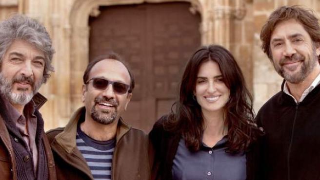 El cineasta iraní Asghar Farhadi posa junto a Ricardo Darín, Penélope Cruz y Javier Bardem tras finalizar el rodaje de 'Todos lo saben'.