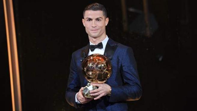 El futbolista del Real Madrid Cristiano Ronaldo posa con su quinto Balón de Oro.