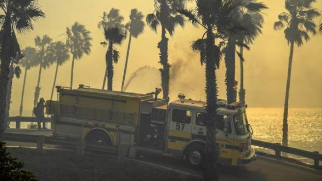 Un vehículo de bomberos intenta apagar el incendio Thomas en Ventura, California.